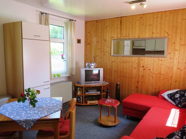 Wohnzimmer mit Küchenzeile im Ferienhaus